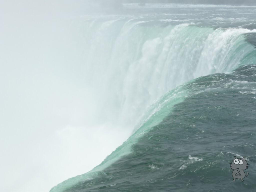 テーブルロックから勢いよく流れる水