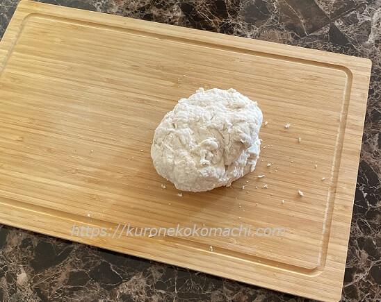 カナダでパン作り。生地をこねる